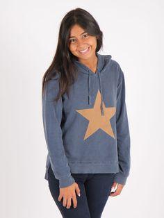 sudadera con capucha en azul denim con diseño estrella en antelina . Puede ser confeccionada con o sin coderas de antelina a juego