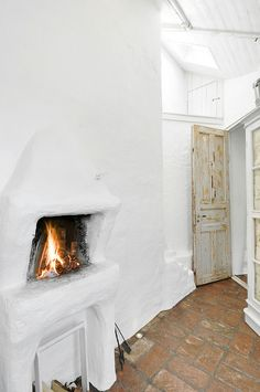 have a look guys to this wonderful white penthouse in Stockholm, Sweeden. the high ceilings - -,the huge windows and the white walls. Scandinavian Fireplace, White Fireplace, Scandinavian Interior, Earth Bag Homes, Interior And Exterior, Interior Design, Brick Flooring, The Design Files, Industrial Living