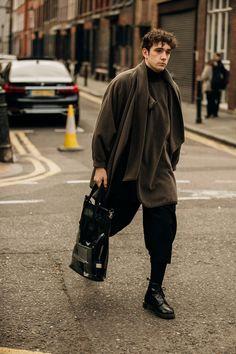 style à la Fashion Week homme automne-hiver de Londres -Street style à la Fashion Week homme automne-hiver de Londres - LFW Men 2019 グレーパンツ コーデ メンズ特集!着こなしの幅を広げる万能アイテムでスタイリッシュにキメる - The Best Menswear Street Style from Paris London Fashion Weeks, London Fashion Week Mens, Urban Street Fashion, Look Fashion, New Fashion, Autumn Fashion, Fashion Guide, Vogue Fashion, Fashion Styles