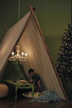 DIY tent, my room?it doesn't have to be a permanent fixture, but I definitely want the ability to make a big tent, whenever the emergency arises. Terrazas Chill Out, Indoor Tents, Indoor Camping, Indoor Picnic, Tent Camping, Diy Tent, Colorful Roses, Home And Deco, Picnic