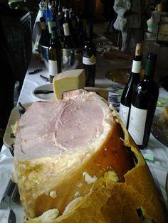 prosciutto cotto in crosta di pane + del buon vino rosso = tipica merenda di Trieste (Italia)