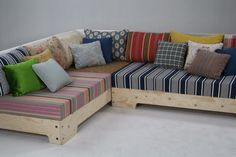 This with pallets and wheels (with brakes, of course) would make for an awesome mobile couch piece--could be rearranged whenever your little heart desired!