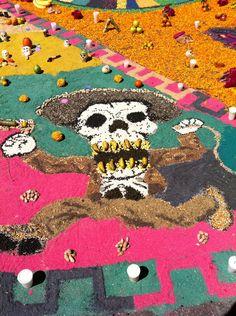 Tapete elaborado con semillas y frutas por alumnos de la Prepa 5 UNAM