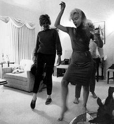 marilyn teaching pat kennedy lawford how do dance the swing 02/1962