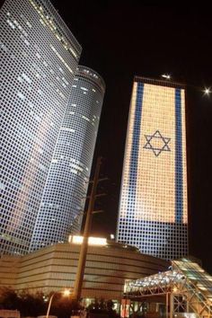 Azraeli Center Lit Up To Celebrate Israel's Independence Birthday in Tel Aviv, Israel. Voyage Israel, Terra Santa, Arte Judaica, Naher Osten, Tel Aviv Israel, Visit Israel, Holocaust Memorial, Star Of David, Mediterranean Sea