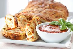 Individually, pizza and bread both taste divine. Here are four easy pizza bread recipes for your sudden cravings! Pizza Hut, Yummy Appetizers, Appetizer Recipes, Bread Recipes, Cooking Recipes, Pizza Recipes, Pain Pizza, Pizza Flavors, Good Food