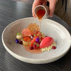 Creative Desserts, Fancy Desserts, Gourmet Recipes, Dessert Recipes, Enjoy Your Meal, Dessert Presentation, Michelin Star Food, Catering Food, Food Obsession