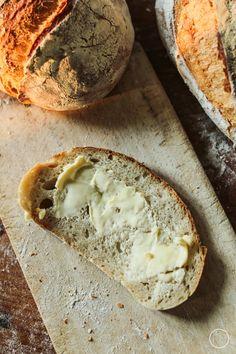 Swój własny chleb zaczęłam piec w pierwszej ciąży, ponad 7 lat temu. Pamiętam, że dużo czasu spędzałam wtedy na jednym z najfajniejszych... Country Bread, How To Make Bread, Grilling, Bakery, Good Food, Sweets, Cooking, Polish, Kitchens