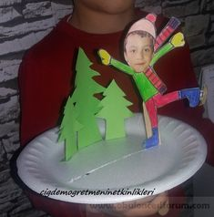 Ice skating on a paper plate - Your Preschool Activity Resource Animal Crafts For Kids, Winter Crafts For Kids, Kids Crafts, Easy Paper Crafts, Craft Stick Crafts, Diy And Crafts, Christmas Arts And Crafts, Simple Christmas, Penguin Craft