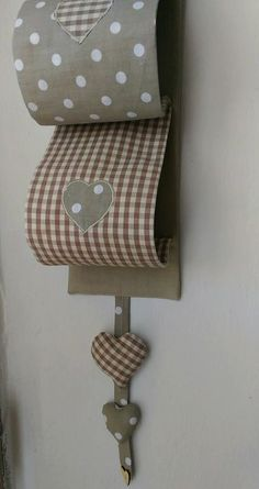 Porte-rouleau de papier toilette (fait main). Tissu de coton pur dans les tons de beige. Applications des coeurs de tissu sur le devant du porte-rouleau de papier toilette et le cœur rempli d'ouate. Coton petit arc en bois s'est arrêté par un bouton. Le support de rouleau de
