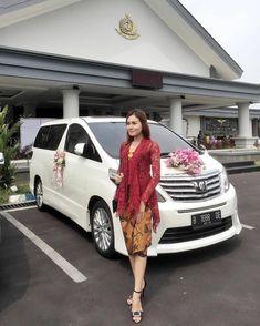 "3,078 Suka, 19 Komentar - kebaya nasional indonesia (@kebayanasional) di Instagram: ""Inspired by @dinnekejr"" Model Kebaya Modern, Kebaya Modern Dress, Kebaya Dress, Batik Kebaya, Snsd Fashion, Fashion Outfits, Kebaya Encim Modern, Kebaya Sabrina, Kebaya Simple"