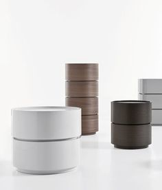 To stack one on top of the other, Dedalo units have a round shape and Ø 44 or 57 cm. This collection is available in wood or 4 lacquered colours bianco, avorio, tortora and nuvola. The modularity of the units allows special combinations of colours