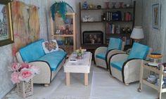 Itsetehdyt sohvakalusto, pöytä, tarjoiluvaunu, kukat, kirjahylly, kirjat ja verhot