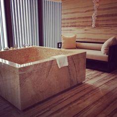 En mañanas como la de hoy necesitaríamos un buen baño en un lugar así. El agua todo lo alivia.