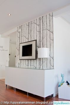 vardagsrum,woods,cole  son,coleson,bestå,ikea Basement Inspiration, Black And White Interior, Cole And Son, Home Fashion, Home Reno, Family Room, Family Tv, Decoration, Sweet Home