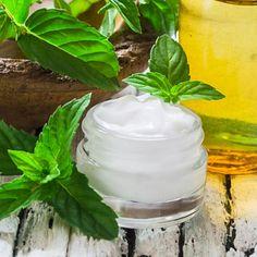 Rezept für eine kühlende Creme zum selber machen - mit nur 4 Zutaten - belebt und erfrischt die Haut. www.ihr-wellness-magazin.de