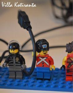 Johtoteline Lego -hahmoista. / Cord holder from Lego -figures.