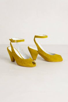 Pierced Peep-Toes in mustard Funky Shoes, Kinds Of Shoes, Hot Shoes, Shoes Heels, Kitten Heel Pumps, Comfortable Heels, Everyday Fashion, Retro Fashion, Me Too Shoes