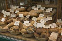 Mesa de panes, indicar tambien tipos de panes, pero en carteles delicados y similares a los de los quesos, fiambres