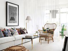 Vardagsrum med vit soffa och svenskt tenn kuddar