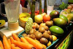 馬鈴薯胡蘿蔔蘋果三合一鮮汁,保健養生抗癌秘方! 功能: 1。防癌,抑制癌細胞生長。 2。防治高血壓、肝臟病、腎臟病、胰臟病、胃潰瘍。 3。排毒去熱,美容、除口臭,根治便秘、痔瘡、乾眼症。 4。提高人體免疫力與自癒能力。 秘方材料如何?說來簡單得很: 新鮮馬鈴薯、紅蘿蔔、蘋果各一個或各150-200克,榨汁後立刻飲用;也可加鮮檸檬汁調味,以加強療效。 注意:為避免沖淡胃液,影響消化,最好在三餐前1小時鮮榨鮮飲。 功效:輕症三星期見效,重症則2-3個月後眉開眼笑。