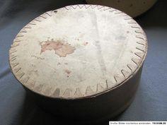 Maße Hutschachtel: Höhe: ca. 130 mm Durchmesser: ca. 310 mm  Der Schachtelboden ist lose!  Maße Hut: Höhe: ca. 95 mm Durchmesser: ca. 270 mm Durchmesser Innen: ca. 150 mm  Gehänge: ca. 142 cm