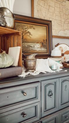 Create a Cozy Autumn Vignette Rustic Farmhouse Furniture, Cottage Farmhouse, Farmhouse Design, Vintage Books, Vintage Decor, Fall Vignettes, Autumn Cozy, Craftsman Style, Custom Homes