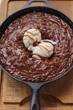It seems like everyone is doing skillet cakes lately- had a Sticky toffee pudding skillet cake at Enoteca Sociale. This one is Gooey Chocolate Skillet Cake Ice Cream Sundae Brownie Desserts, Köstliche Desserts, Delicious Desserts, Dessert Recipes, Yummy Food, Delicious Chocolate, Healthy Desserts, Sundae Recipes, Dinner Recipes