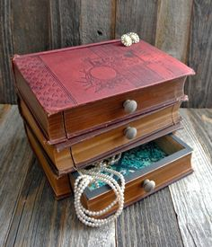 Antique Books Repurposed as Elegant Jewelry Boxes and Vintage Lamps This i. Antique Books Repurposed as Elegant Jewelry Boxes and Vintage Lamps This image has get 19 rep Antique Books, Vintage Books, Vintage Lamps, Vintage Decor, Book Projects, Craft Projects, Old Book Crafts, Recycled Books, Diy Reuse Old Books