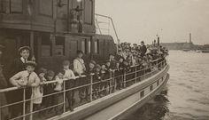 Drukte op de gemeentestoompont wegens invoering van de vrije overtocht over 't IJ, 1912