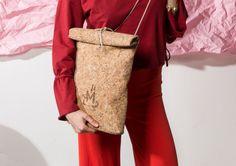 MEGALOMANIA, Korksackbag Small, Sack and Pack Collection.  Die Korksacks sind Allrounder in schlichter Form. Das Naturmixgewebe aus Kork und Jute ist robust und wasserabweisend. Man kann sie seitlich oder auf dem Rücken tragen. Wir verzichten ganz auf metallische Verschlüsse somit sind die Taschen 100% organisch. Die Taschen werden limitiert in Leipzig handgefertigt. Auch individuelle Anpassungen sind möglich. #fair #eco #limited #upcycling Form, Helping People, Jute, Collection, Fashion, Leipzig, Handmade, Repurpose, Bags