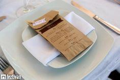 Original Idea de imprimir el Menú de tu evento en estas bolsas de papel kraft en el cual tus invitados podrán servirse de la barra de dulces o tu podrás poner algún detallito para ellos., desde Feztiva.com