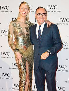 Kevin Spacey hit the red carpet in a dapper navy suit, topped off with statement-making, chunky black rectangular specs!