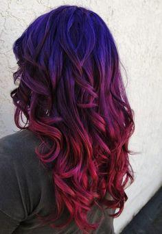 couleur de cheveux violine, jolie coiffure avec dégradé de couleurs