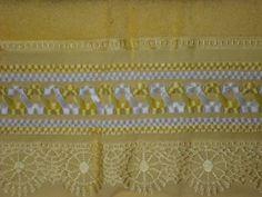 Toalha bordada com fitas de cetim e aplicação de tira bordada. Técnica gravata dupla. P.