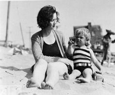 """A photo of (mother) Gladys and Norma Jeane Baker - who grew up to be Marilyn Monroe. In this photo: Gladys (Monroe) Baker - and Norma Jeane """"Marilyn Monroe"""" Baker - Joven Marilyn Monroe, Fotos Marilyn Monroe, Young Marilyn Monroe, Famous Photos, Rare Photos, Vintage Photos, Montgomery Clift, Joe Dimaggio, Tony Curtis"""