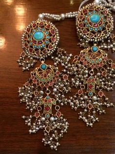 Long earrings with precious stones like firoza and pearls India Jewelry, Gold Jewelry, Jewelery, Mughal Jewelry, Traditional Indian Jewellery, Indian Earrings, Jewelry Patterns, Glamour, Wedding Jewelry