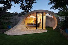 bureau de jardin au design futuriste, parement bois massif, revêtement de sol assorti et lambris mural assorti