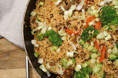 Opskrift på stegte ris med oksekød - nem hverdagsret som hele familien elsker. Dejlig og billig aftensmad Wok, Fried Rice, Nom Nom, Food And Drink, Pasta, Cooking, Ethnic Recipes, Lchf, Gym Workouts