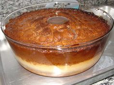 Bolo c/Pudim  Calda:1 1/2 x.açúcar  Bolo:1 x.açúcar  3 c.s.margarina  3 ovos  1 1/2 x.farinha  1/2 x.nescau  1 c.s.fermento   1/2 x.leite  Pudim:1 lt leite condens.  1 lt leite  4 ovos  Fazer a calda c/o açúcar e caramelizar a fôrma.Bata os 1os 3 ingredientes do bolo no liqui.Acrescente o resto, bata e despeje o mix na fôrma caramelizada.Bata todos os ingred. do pudim no liqui.Coloque o mix devagar por cima da massa do bolo.A massa vai se dividir.Banho-maria,forno médio, 1 1/2 h.Desenforme…