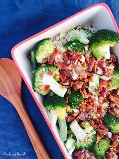 Lækkert LCHF-tilbehør: Broccolisalat med bacon, ristede mandler og parmesan --> Madbanditten.dk