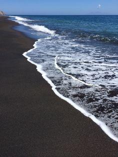 Plage sable noir #Santorini