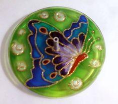 Incensário em vidro de 10cm de diâmetro. Pintura vitral. A BORBOLETA em grego antigo diz-se Psyché, ou seja, Alma. Por sair do casulo ao nascer, a borboleta é símbolo da alma imortal. Representa autotransformação, clareza mental, novas etapas e liberdade. Assim como a borboleta, que é irresistivelmente atraída pela Luz, a alma também é pela verdade divina, por isso é símbolo da busca pela Iluminação. R$ 25,00