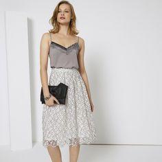Vestido em silhueta minimal, com capa em tule, renda e
