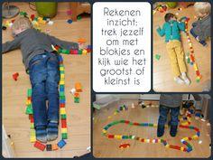 Zo leuk, de jongens kwamen zelf op dit idee; blokjes om elkaar heen leggen en dan kijken wie er groter is. Eigenlijk dus bezig met rekenen, inzicht en omtrek !