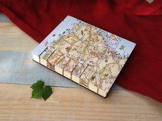 Nos encanta aludir al territorio que habitamos :) Cuaderno tamaño media carta, con costura combinada: copta y francesa expuesta; pasta dura, mapa en portada, hilos de diferentes colores, 140 páginas de papel bond ahuesado de 90 gr.