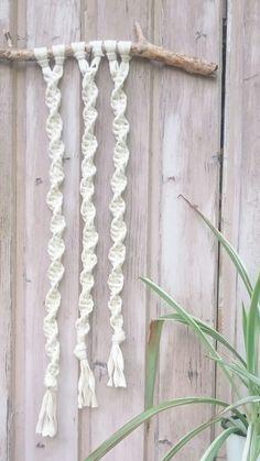 Wandbehang im Boho-Style, handgefertigt nach eigenem Entwurf in angesagter Makrameetechnik . Diesmal habe ich mich für ein Strickband und ein Stück Fundholz entschieden.  Die Bruchstelle des...
