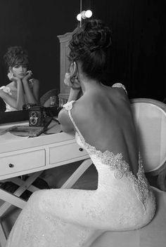 Os vestidos de noiva com decotes nas costas estão super em alta e são lindos. Eles valorizam o corpo da mulher sem deixar vulgar, mas é claro que para tudo há o bom senso, né? Se você optou por usar um vestido com o decote maior nas costas, o ideal...