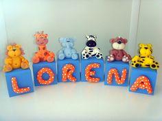 Cubos em mdf pintados e decorados a mão em biscuit - tema Selva Safari  Cor do cubo e letras podem ser mudadas.  Altura das peças varia de acordo com cada bichinho! R$6,99