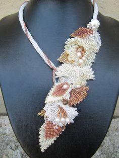 Collier de mariage, Raymonde. Feuilles et fleurs tissées, perles d'eau douce, tour de cou en herringbone. Offert